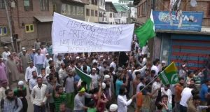 کشمیرمیں انڈیا مخالف مظاہرے، چھرے لگنے سے درجنوں زخمی